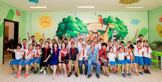 碧桂园九华山庄的老年志愿者与孩子们一同庆祝节日