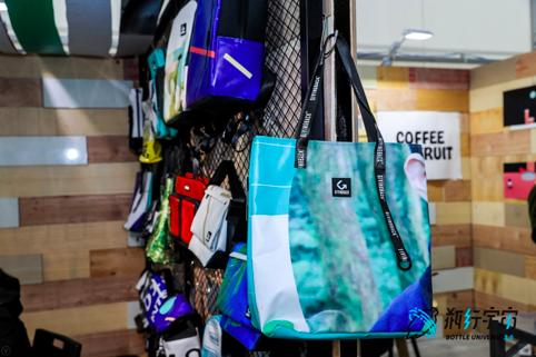 回收活动后废弃广告布做成包包的GIVINGBACK回向
