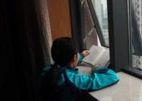 平平在病房的窗台前读《活着》