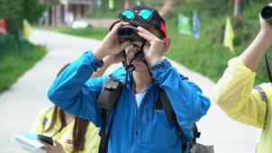 广汽丰田车主志愿者用望远镜观鸟