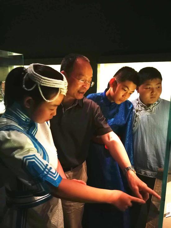 朱锡生和同学们一起参观上海博物馆
