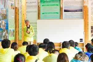 奚志农老师在向志愿者们分享影像保护的力量
