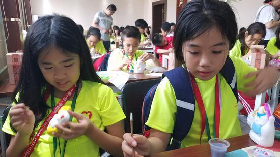 各国少年在百工坊参观完非遗传承后亲手制作(首席摄影:洪丽丽)