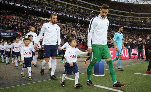9位中国球童与热刺众球星牵手步入温布利球场