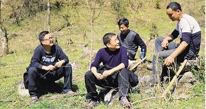 张振华和同事们在巡视保护区的间隙坐下休息。(照片由雍严格提供)