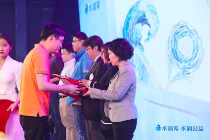 猎豹移动董事长兼首席执行官傅盛颁奖