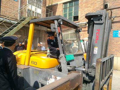图为北京房山区生态环境局执法人员对燕化厂区内的叉车尾气排放进行检查。(房山区生态环境局供图)