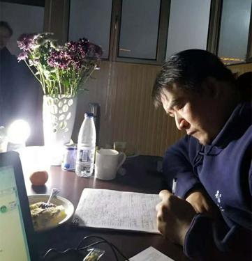 香港智行基金会创始人兼主席,中华儿慈会智行助学专项基金负责人杜聪深夜伏案
