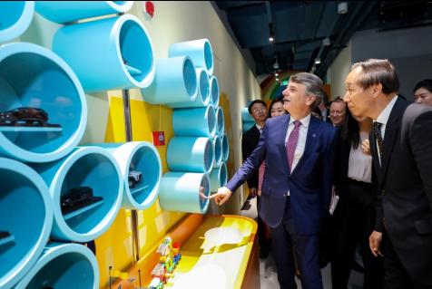 中国宋庆龄基金会主席王家瑞先生和捷豹路虎全球总裁施韦德教授一同参观捷豹路虎道路安全小卫士体验区