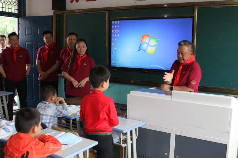 """庄国邦先生与何黎明先生给二年级学生开设""""谈理想""""课程"""