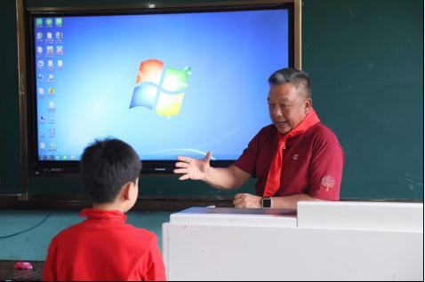 """庄国邦先生在""""谈理想""""的课程上给二年级学生深入浅出的举例"""