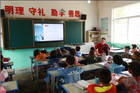 """杨扉先生为一年级同学进行""""看电影""""教学"""
