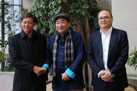 左起:胡传木、姜昆、徐镱轩看望?#37038;?#25937;助的青海包虫病患者。