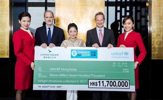 国泰航空行政总裁何杲先生(右二)与顾客董事罗世民先生(左二)将2017 年'零钱布施'善款支票交予UNICEF HK 主席陈晴女士(中)。