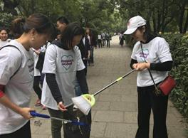 苏州:亿滋中国苏州研发员工志愿者沿苏州古城护城河做垃圾分类知识宣讲,沿路捡拾垃圾