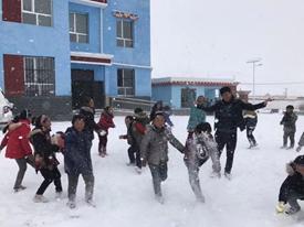 青海玉树:亿滋中国员工志愿者为青海玉树州囊谦县吉曲乡中心寄校的学生们送去文具和保暖衣服