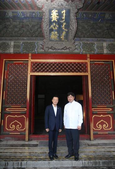 许荣茂先生与单霁翔院长2016年于养心殿门前合影留念
