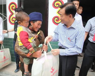 许荣茂先生再次看望阿莫并向她赠送红丝带母婴平安包