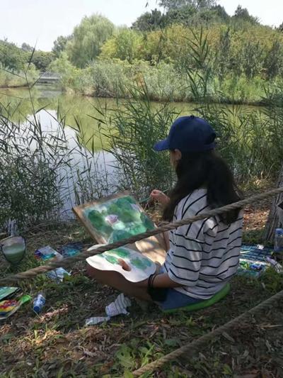 益童之家的孩子在水边画画