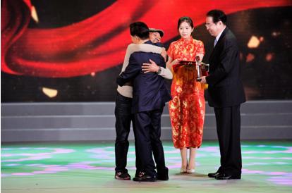 许荣茂先生为第五届感动红丝带自强奖——抗艾十多年自强不息骑车环行的刘九龙先生颁奖并主动热情地与他温暖相拥