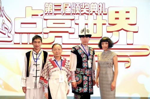 TCL公益基金会执行理事长魏雪与获奖教师合影