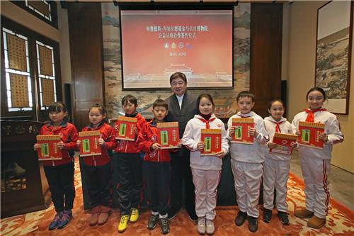 故宫博物院单霁翔院长向梅赛德斯-奔驰星愿基金支持学校的学生代表捐赠图书,助力青少年传统文化教育普及