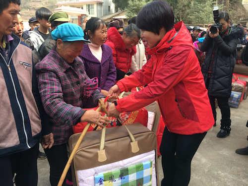 爱心员工为困难家庭送上暖冬物资