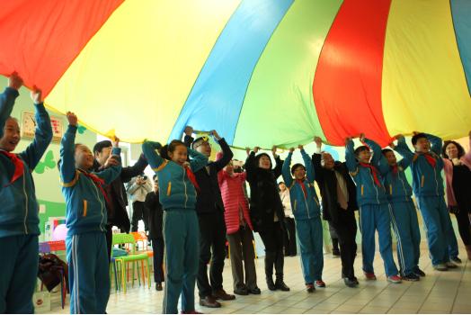 九华山庄养老公寓老人与少年儿童在专家指导下进行代际互动