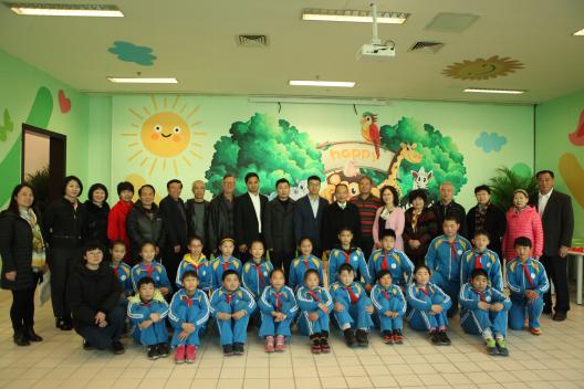 行业专家、九华山庄养老公寓老人及少年儿童在碧桂园美丽心灵教室合影