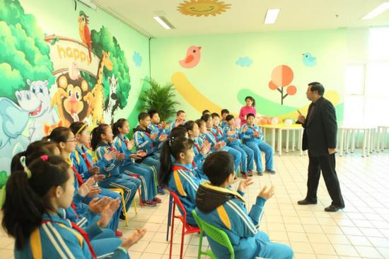 心理专家指导少年儿童进行团体互动