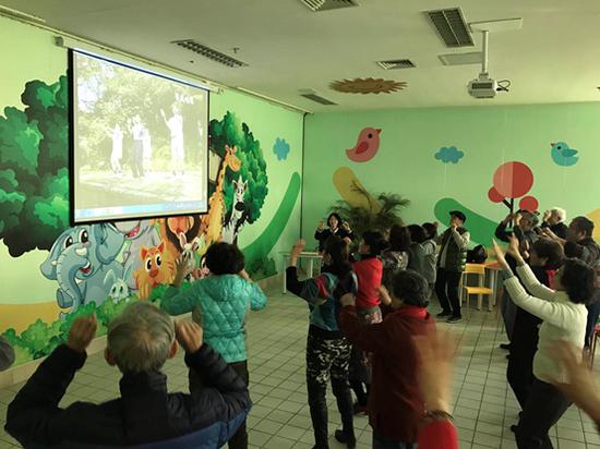 张砾匀老师带领老年志愿者学习养生操