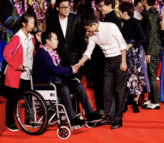 余国安获得第三届马云乡村教师奖。马云等和他握手合影。