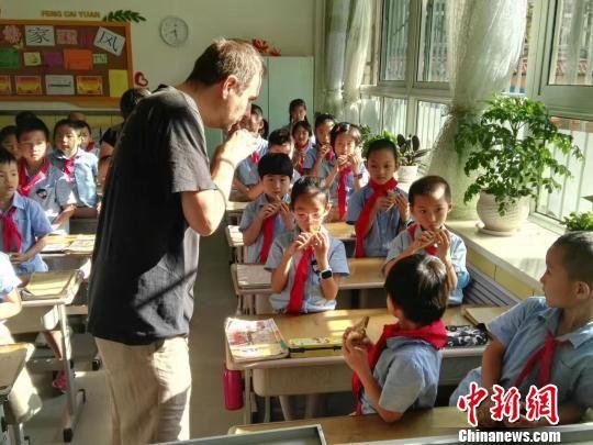 """兰州小学生浸润""""琴棋书画"""" 以乐促智传习传统文化"""