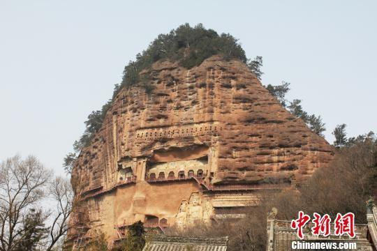 """中国四大石窟""""之一的麦积山石窟位于甘肃省天水市,始建于距今约1600年的后秦,现存洞窟221个,其中有大量精美的雕塑、壁画等,素有""""东方雕塑陈列馆""""之美誉。 徐雪 摄"""