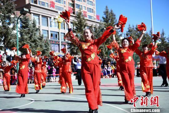 图为老年广场舞表演。 武雪峰 摄