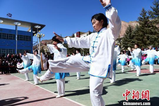 图为老年人表演太极拳。 武雪峰 摄
