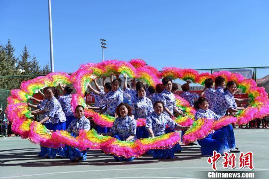 随着天气渐暖,甘肃肃南裕固族自治县老年大学的学员们带着精心编排的舞蹈等节目参加肃南县2018年全民健身展示活动。 武雪峰 摄