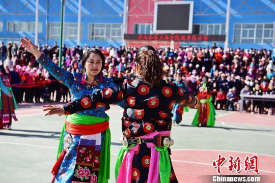 图为裕固族妇女身着民族服饰表演广场舞。 武雪峰 摄