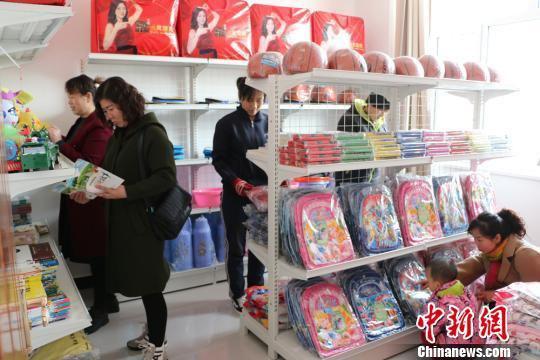 图为甘肃张掖市临泽县沙河镇惠民社区爱心超市。 朱彩云 摄