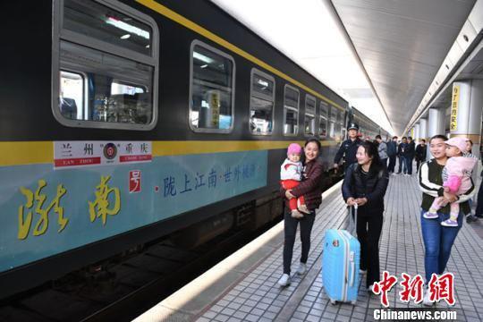 资料图。2017年9月29日上午9时06分,兰州开往重庆的首发列车K4518车次出发,标志着历时9年建设的兰渝铁路全线开通运营。如今,该线路成为热门旅游线路。 杨艳敏 摄