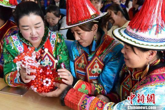图为裕固族妇女学习串珠。 武雪峰 摄