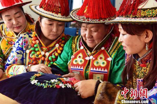 图为裕固族妇女学习传统手工艺。 武雪峰 摄