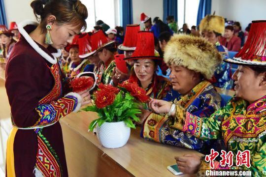 图为裕固族妇女学习制作手工艺品,提升就业技能。 武雪峰 摄