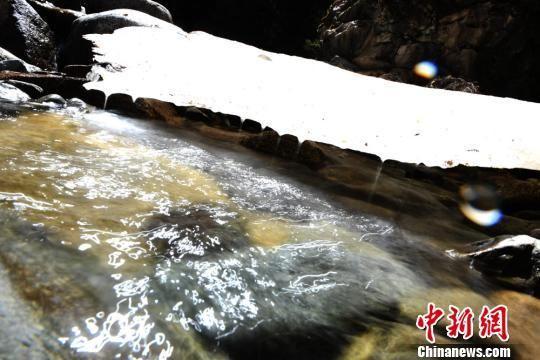 五月初的冰与水相融流淌在山间。 杨艳敏 摄
