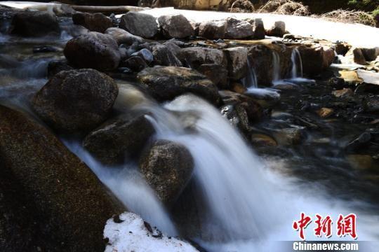 焉支山中的潺潺水流。 杨艳敏 摄