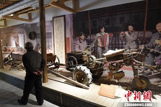 展览馆展出的手扶拖拉机。 杨艳敏 摄