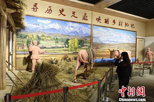 展览馆展出的农村劳作场景。 杨艳敏 摄