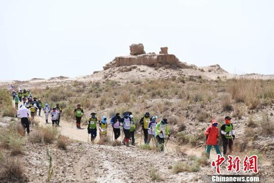 徒步沿线地貌为戈壁、盐碱地、河床、沙丘等。 杨艳敏 摄