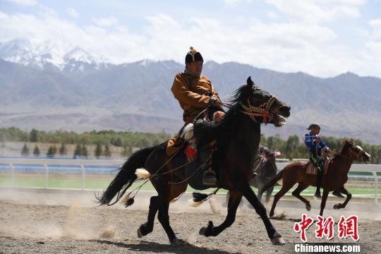图为蒙古族传统赛马表演。 杨艳敏 摄