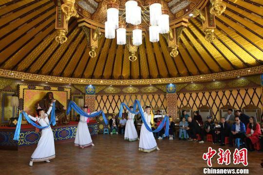 在蒙古族大帐内上演的蒙古族舞蹈吸引宾客。 杨艳敏 摄